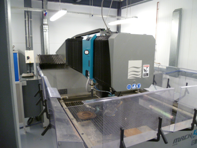 Flow MACH4B waterjet cutter with dynamic head
